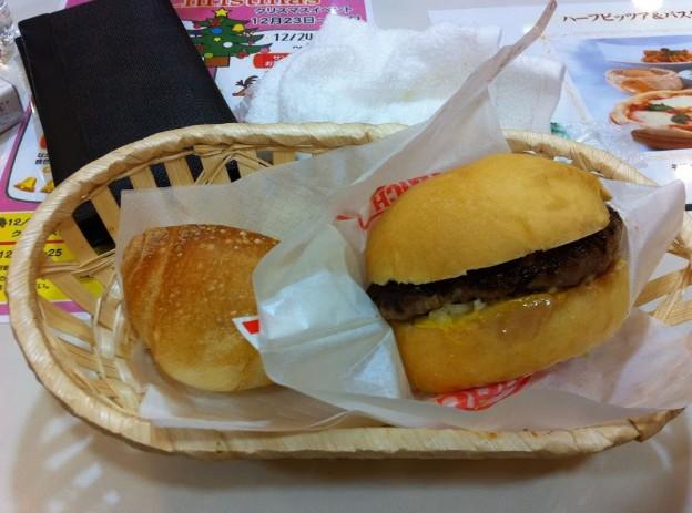 ハンバーガーなどはリクライニングチェア席で食べられます
