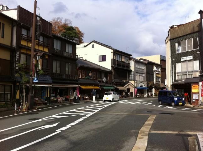 城崎温泉街へ続く商店街