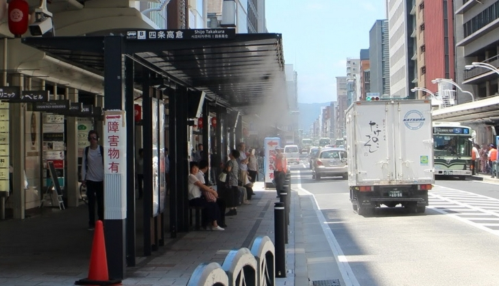 バス停に霧がかかっている