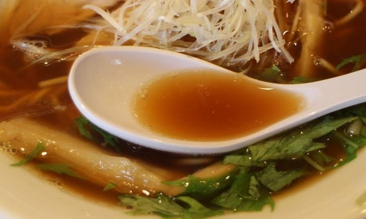 再仕込み醤油と丸大豆醤油に牡蠣の煮干しと魚介だしを合わせたタレに鶏ベースのスープ