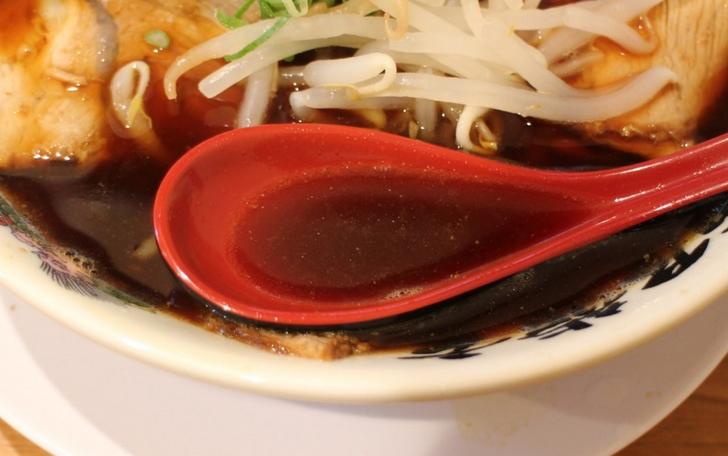 真っ黒いスープに醤油の苦み