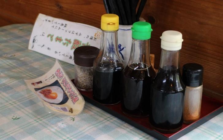 お醤油は3種類(左から専用醤油・にんにく醤油・山椒しょうゆ)