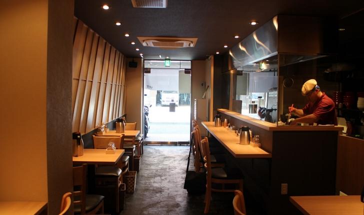 キレイな店内 カウンター10席、4人テーブル2つ、2人テーブル2つ