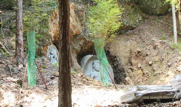 突如現れる謎の石仏