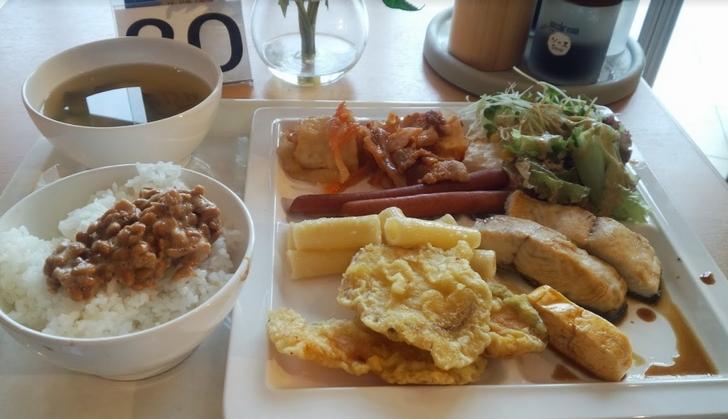 天ぷら・焼き魚・だし巻き卵・ソーセージ・煮物・肉の炒め物・納豆・味噌汁・ご飯・サラダ