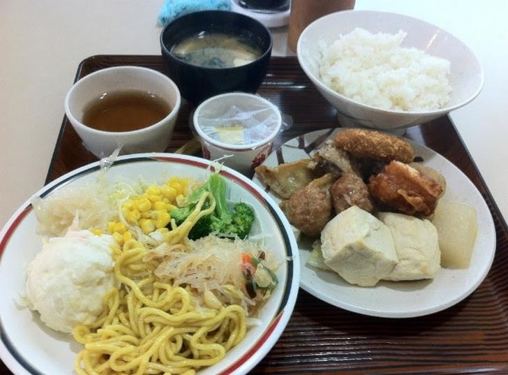 納豆・揚げ餃子・コロッケ・肉団子・豆腐や大根の煮物・中華焼きそば・酢の物・サラダ