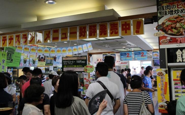 桂川PAは狭いのでレストランは大混雑