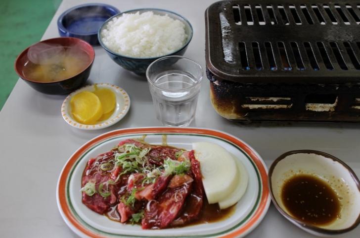 やわらかく味の良い国産和牛にてんこ盛りご飯