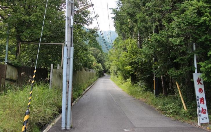 湖西道路の側道から山にはいります