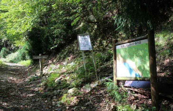 湖西道路の側道から山へ入る道2