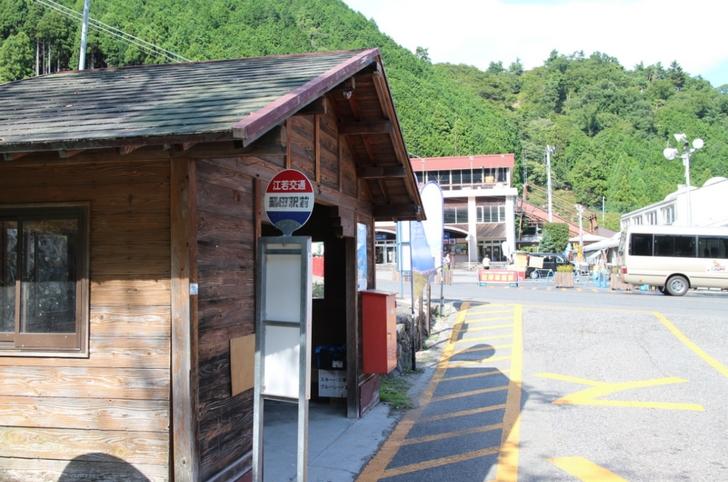 山麓駅のバス停の裏に駐輪場があります