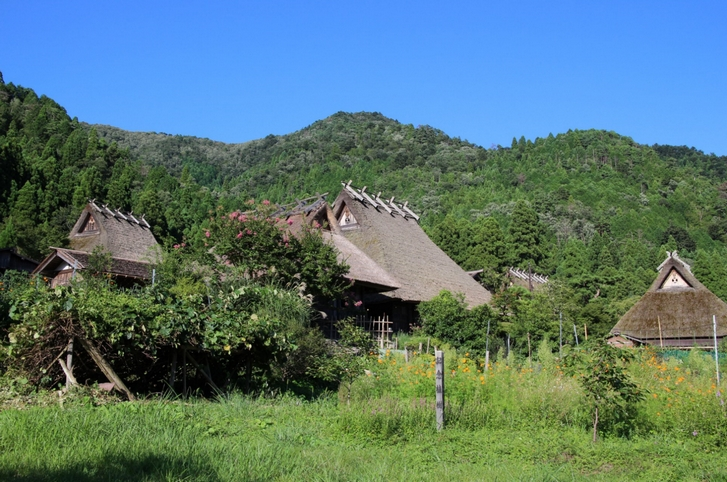 美山の「牧」という集落に残る古民家群