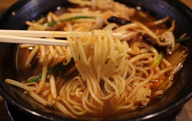 麺は中太麺でもやしと麺でお腹いっぱいになります