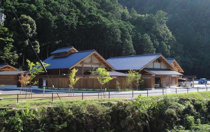 木でできたバンガロー風の天然温泉施設