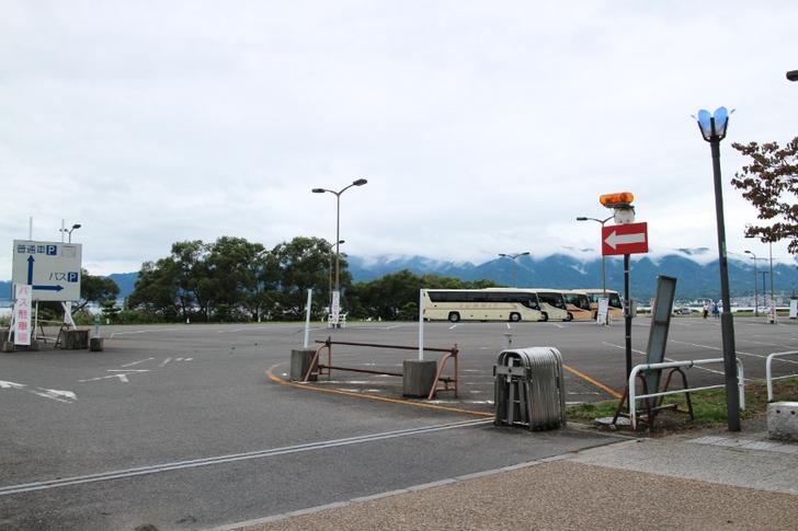 駐車場は観光バスでもかなり余裕の広さ