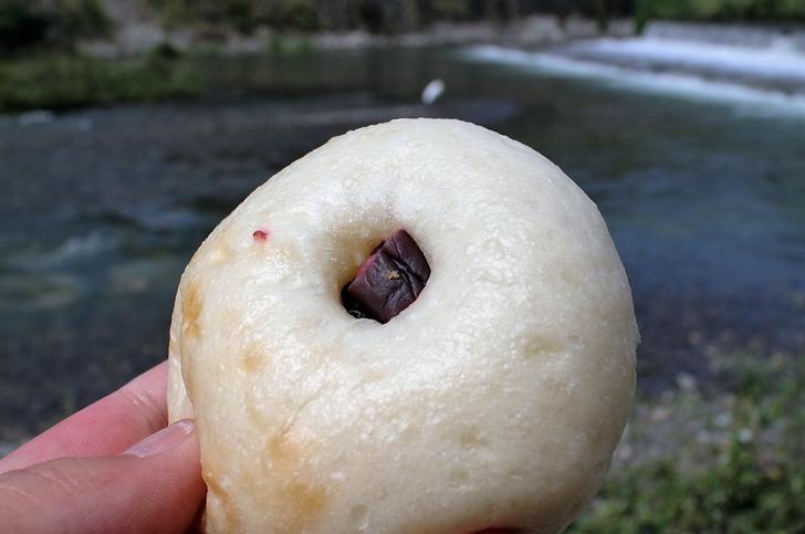 京都の鴨川で「しば漬けパン」を食べました