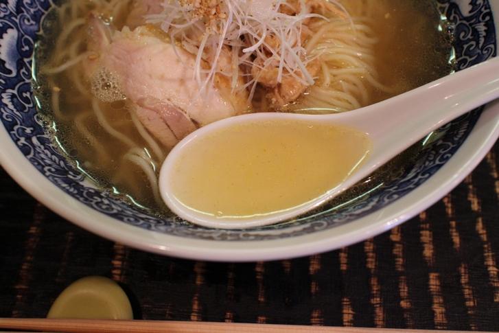 ほんのりとした甘みが漂ってくるスープは後からジワジワくる不思議なスープです
