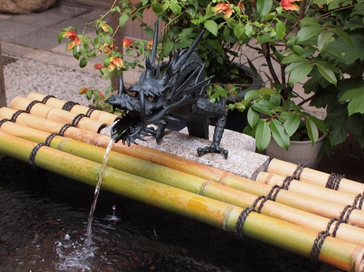 京都・錦天満宮 「手水舎の龍」