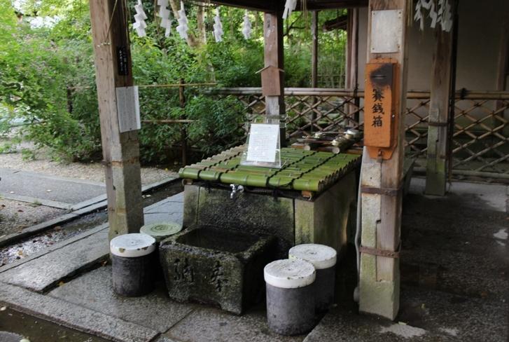 「梨木神社」の染井の井戸は本殿手前左手にあります