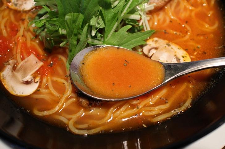 スープは豚骨ベースのイタリア料理