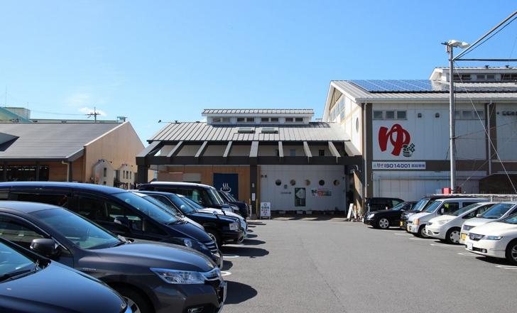 駐車場も広く人気のスーパー銭湯です