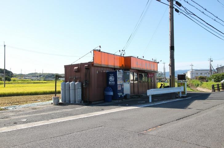 京田辺市の田園風景に溶け込むラーメン店