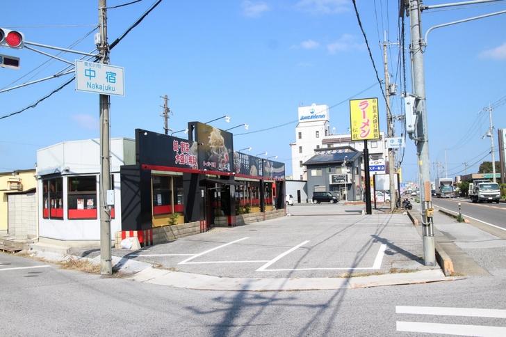 お店は国道8号線沿いの「中宿」の交差点の角