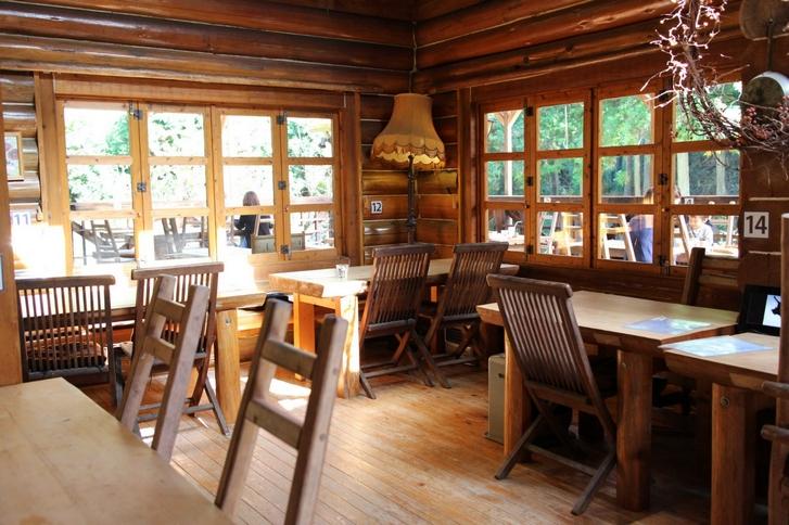 山奥にある広い手造りのログハウスレストランです