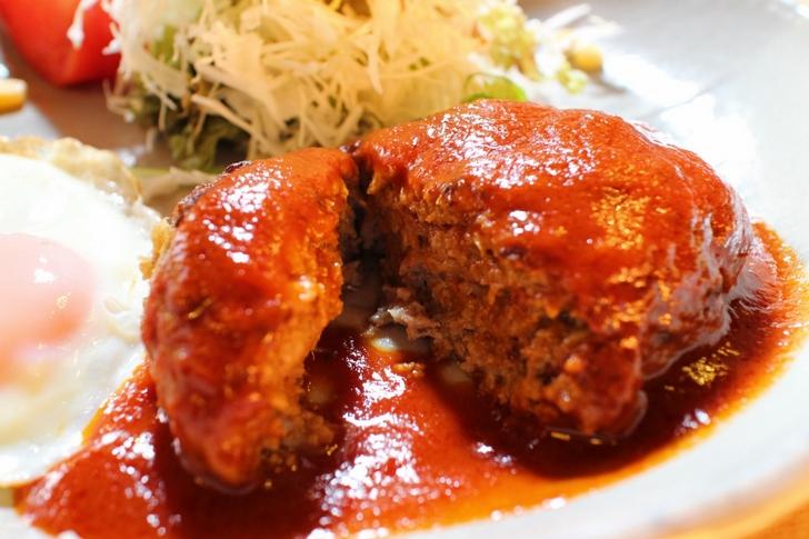 タマネギ・お肉・ツナギのハンバーグにケチャップソース