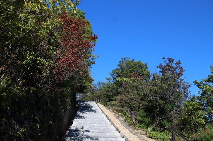 参道は整備されていますが石段(砂利)です。でも景色はきれいです。