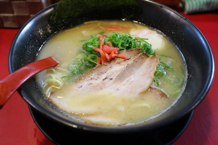 見た目博多とんこつに見えますが豚くさくないスープは濃厚