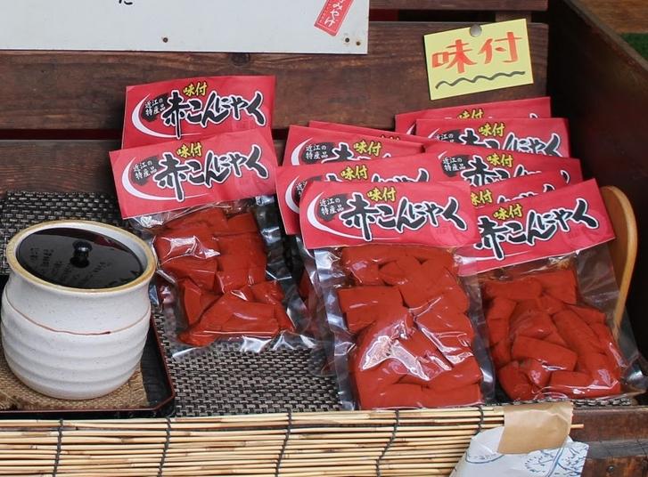 赤こんにゃく 三二酸化鉄で赤く着色したこんにゃくで近江八幡の郷土料理です