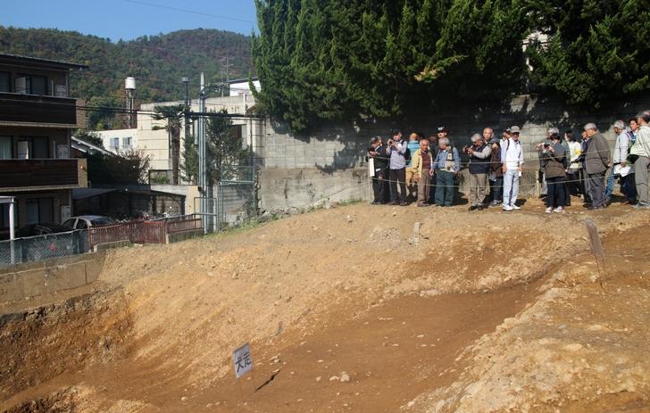 御土居の堀は紙屋川へつづく緩い傾斜を掘って造られました