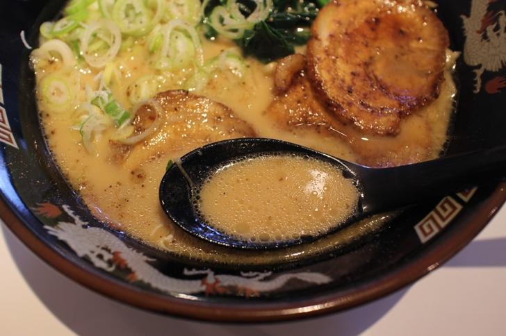 スープはクリーミーかつ濃厚でかなりおいしいスープです