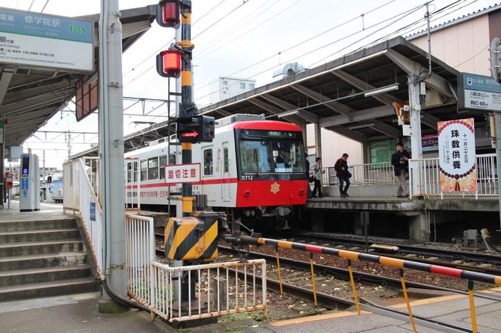 叡山電鉄本線「修学院駅」 普通の踏切には遮断機と警報器がありますが!?
