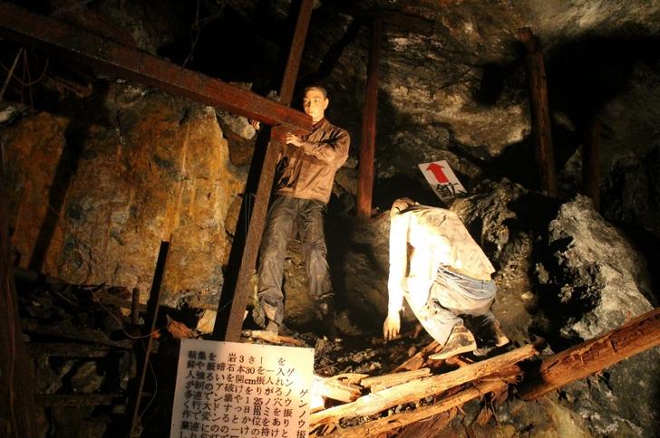 坑道内は暗いですがライトや展示物もあるので歩くのは楽でした