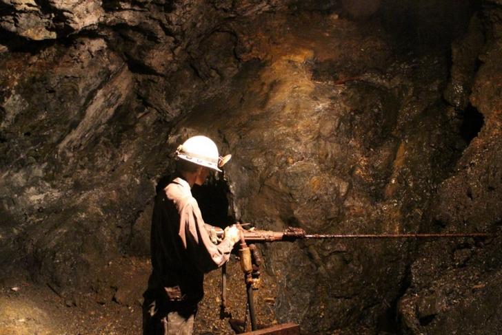 こんな採掘機械で掘ってるとか途方もない作業です
