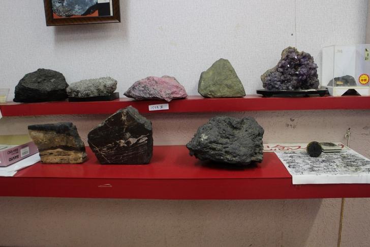 一番右下のがマンガン鉱石です。持てないくらい重いです。