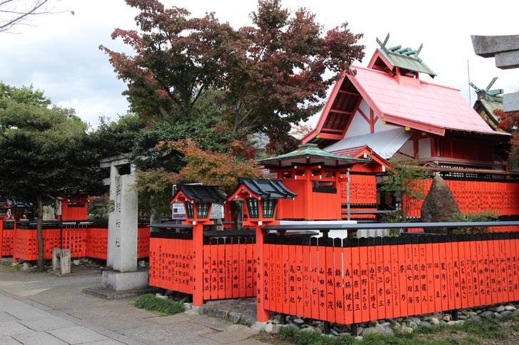 京都の車折神社(くるまざきじんじゃ)でジャニーズの玉垣を見に行ってみました