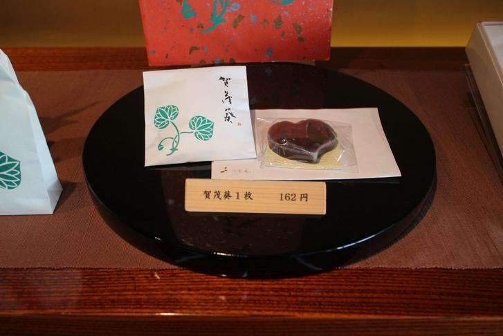 ハート型がかわいい「賀茂葵」(かもあおい)は丹波大納言小豆を使っています