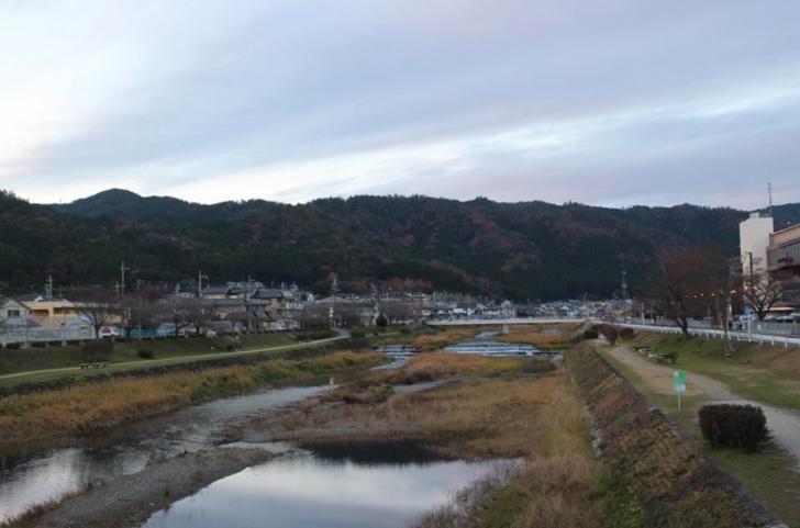 鴨川から見た鞍馬方面の山並み(夕方なので雪などありません)