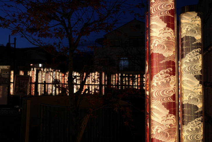 寒く薄暗い京都の闇に光るこれはなに?