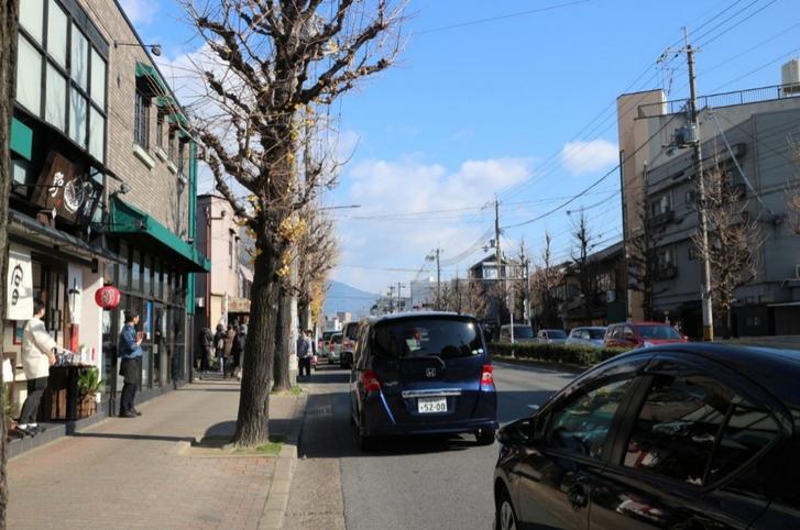 北野天満宮前は渋滞してますが信号待ちではなく駐車場待ちの車列です