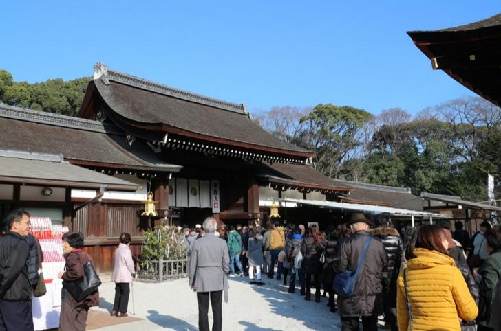 下鴨神社(京都市左京区)社殿前、この行列が参道から続いています