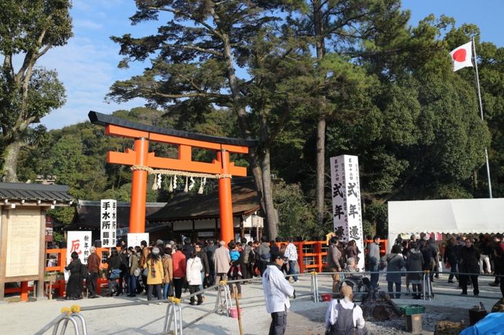 上賀茂神社、社殿手前の二の鳥居、行列ができてもこの先に少しだけです