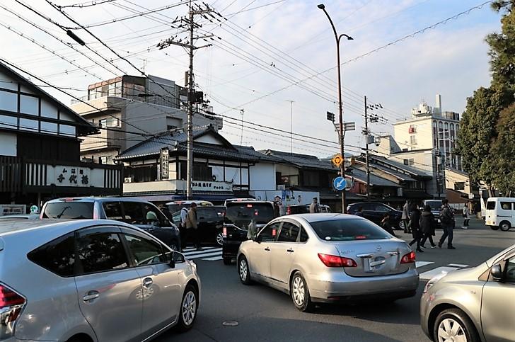 駐車場への待ちの車列、この時期はこの道は通るのが困難なので迂回するしかありません