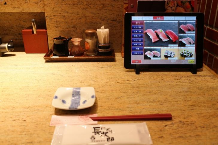カウンターで食べました。注文はタブレットでも口頭でも目の前で廻っているお寿司を取るのでも大丈夫です