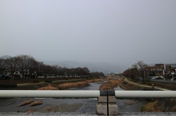 京都・上賀茂の鴨川から北を望んだ風景 吹雪いてそうです