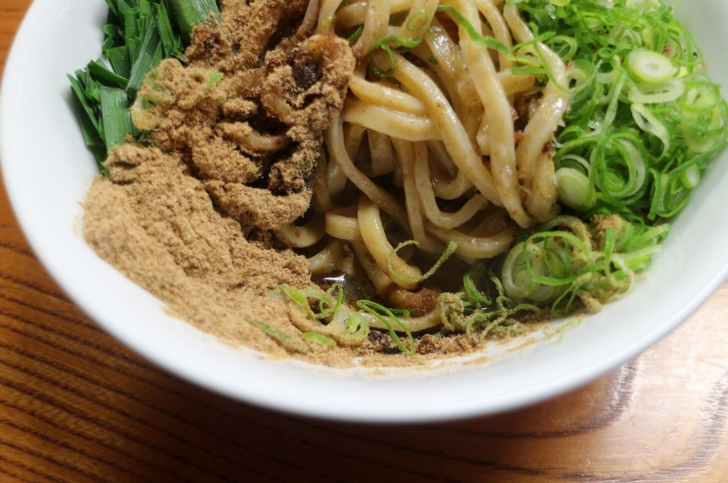 麺は極太麺で、味はカツオ粉で魚介醤油のまぜそばという感じです