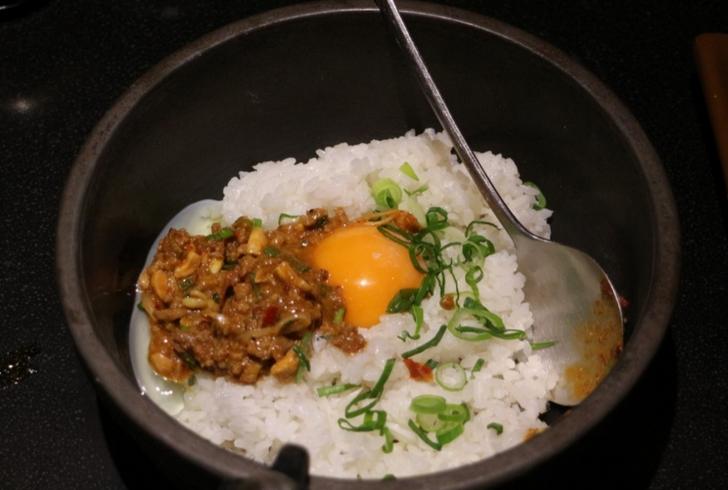 担々麺の残ったトッピングで石焼ビビンバ風に炒めて食べる〆ごはん